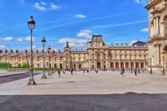 PARIS FRANKRIKE - JULI 06, 2016: Louvremuseum med folk (touri Royaltyfri Fotografi