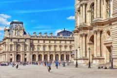 PARIS FRANKRIKE - JULI 06, 2016: Louvremuseum med folk (touri Royaltyfria Foton