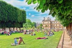 PARIS FRANKRIKE - JULI 08, 2016: Parisare och turister har ett beträffande Royaltyfri Foto