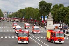 Paris Frankrike - Juli 14, 2012 Processionen av brandmotorer under militären ståtar i Paris Arkivbild