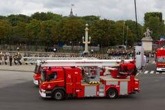 Paris Frankrike - Juli 14, 2012 Processionen av brandmotorer under militären ståtar i Paris Fotografering för Bildbyråer