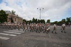 Paris Frankrike - Juli 14, 2012 Processionen av legionärer under militären ståtar på Champset-Elysees i Paris Arkivbilder