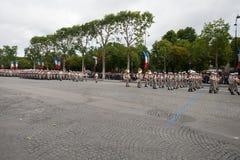 Paris Frankrike - Juli 14, 2012 Processionen av legionärer under militären ståtar på Champset-Elysees i Paris Arkivbild
