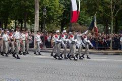 Paris Frankrike - Juli 14, 2012 Processionen av legionärer under militären ståtar på Champset-Elysees i Paris Arkivfoton