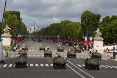 Paris Frankrike - Juli 14, 2012 Processionen av militär utrustning under militären ståtar i Paris Royaltyfri Foto