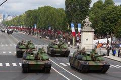 Paris Frankrike - Juli 14, 2012 Processionen av militär utrustning under militären ståtar i Paris Arkivfoton