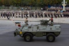 Paris Frankrike - Juli 14, 2012 Processionen av militär utrustning under militären ståtar i Paris Arkivbild