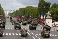 Paris Frankrike - Juli 14, 2012 Processionen av militär utrustning under militären ståtar i Paris Royaltyfri Bild