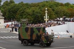 Paris Frankrike - Juli 14, 2012 Processionen av militär utrustning under militären ståtar i Paris Fotografering för Bildbyråer