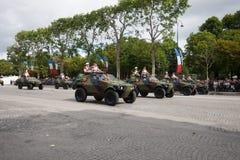 Paris Frankrike - Juli 14, 2012 Processionen av militär utrustning under militären ståtar på Champset-Elysees Arkivfoto