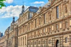 PARIS FRANKRIKE - JULI 06, 2016: Sikt för Louvremuseumflodstrand Th Arkivbild