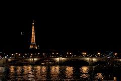 PARIS FRANKRIKE - JULI 18, 2010: Sikt till bron, Eiffeltorn Royaltyfria Foton