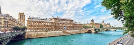 PARIS FRANKRIKE - JULI 08, 2016: Slott - fängelseportvakter och E Arkivbild