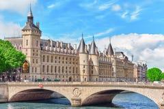 PARIS FRANKRIKE - JULI 04, 2016: Slott - fängelseportvakter och E Arkivfoto