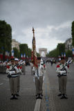 Paris Frankrike - Juli 14, 2012 Soldater marscherar under den årliga militären ståtar i hedern av Bastilledagen i Paris Arkivbilder