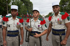 Paris Frankrike - Juli 14, 2012 Soldater poserar, för marschen i den årliga militären ståtar i Paris Arkivfoto