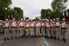 Paris Frankrike - Juli 14, 2012 Soldater poserar, för marschen i den årliga militären ståtar i Paris Arkivbild