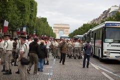 Paris Frankrike - Juli 14, 2012 Soldaterna gör deras sista förberedelser för den årliga militären ståtar i Paris Royaltyfria Foton