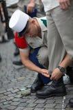 Paris Frankrike - Juli 14, 2012 Soldaterna gör deras sista förberedelser för den årliga militären ståtar i Paris Royaltyfri Foto