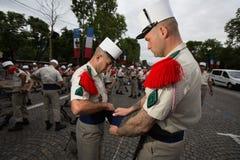 Paris Frankrike - Juli 14, 2012 Soldaterna gör deras sista förberedelser för den årliga militären ståtar i Paris Arkivfoton