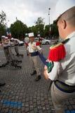 Paris Frankrike - Juli 14, 2012 Soldaterna gör deras sista förberedelser för den årliga militären ståtar i Paris Arkivbild