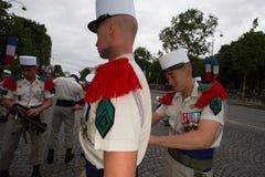 Paris Frankrike - Juli 14, 2012 Soldaterna gör deras sista förberedelser för den årliga militären ståtar i Paris Royaltyfri Bild