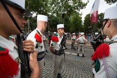 Paris Frankrike - Juli 14, 2012 Soldaterna gör deras sista förberedelser för den årliga militären ståtar i Paris Arkivbilder