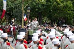 Paris Frankrike - Juli 14, 2012 Stabschefen av krigsmakten av Republiken Frankrike välkomnar legionärerna Arkivfoto