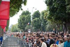 Paris Frankrike - Juli 14, 2012 Stadsbor och gäster av Paris under den årliga militären ståtar Fotografering för Bildbyråer