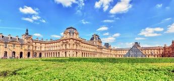PARIS FRANKRIKE - JULI 06, 2016: Turister near Louvremuseet i P Arkivbilder