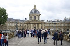 PARIS FRANKRIKE, 12 JULI, 2014 - turister på Pont des Arts beskådar förälskelselåsen Royaltyfri Bild