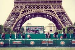 Paris Frankrike Juni 1, 2015: Överskrift av lägre - halv Eiffeltorn som sett från jordningen Royaltyfri Foto