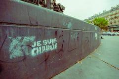 Paris Frankrike - Juni 1, 2015: Berömd Marianne monument, Je suis charlie som är skriftlig på fundament av statyn Arkivfoto