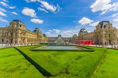 Paris Frankrike Juni 1, 2015: Berömt Louvremuseum för världen utanför, härlig fasad och spektakulära sourroundings Arkivbild