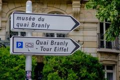 Paris Frankrike Juni 1, 2015: Closeupen sköt av det turist- tecknet som pekar till Eiffeltorn Arkivbilder