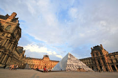 Paris Frankrike - Juni 7,2016: den huvudsakliga borggården av Louvre i solnedgång i Paris, Frankrike på Juni 7,2016 Arkivbild