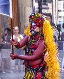 Paris Frankrike-Juni 28, 2015: Den oidentifierade dansaren av den tropiska karnevalet i Paris, Frankrike Arkivfoto