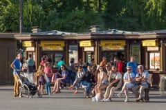 PARIS FRANKRIKE - JUNI 24, 2017: Det okända folket vilar på territoriet av Eiffeltorn Royaltyfri Bild