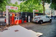 Paris Frankrike - Juni 28, 2015: Esso bensinstation arkivbild