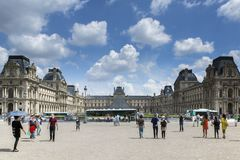 Paris Frankrike - 14 Juni, 2013: Franska folk- och utlänninghandelsresande som går besök och, tar fotoet med Louvrepyramiden på Fotografering för Bildbyråer