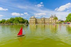 Paris Frankrike Juni 1, 2015: Härlig Luxemburg slott med att bedöva sorroundings, den stora sjön och trädgårdmiljön Arkivbild