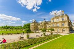 Paris Frankrike Juni 1, 2015: Härlig Luxemburg slott med att bedöva sorroundings, den stora sjön och trädgårdmiljön Fotografering för Bildbyråer