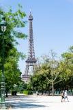 PARIS FRANKRIKE - Juni 8: härlig gatasikt av byggnadsaroen Arkivfoton