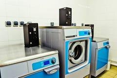 Paris Frankrike - Juni 02 2011: Industriella tvagningmaskiner i ett p Arkivfoto