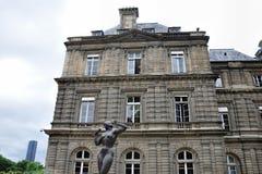 PARIS FRANKRIKE JUNI 6, 2011: LaFemme högg den hjälpPommes statyn vid Jean Terzieff framme av den Luxembourg slotten i Paris Arkivfoton