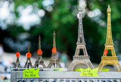 Paris Frankrike Juni 30, 2013: Mini- Eiffeltorn i singel shoppar av Paris Det är en tipical souvenir som du kan finna i varje sin Royaltyfri Bild