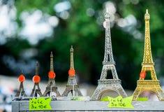 Paris Frankrike Juni 30, 2013: Mini- Eiffeltorn i singel shoppar av Paris Det är en tipical souvenir som du kan finna i varje sin Royaltyfria Foton
