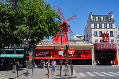 Paris Frankrike - Juni 28, 2015: Moulin rouge royaltyfri bild