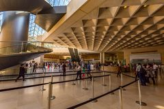 PARIS FRANKRIKE - JUNI 18, 2014: Oidentifierade turister inom Louvre i Frankrike Arkivfoton