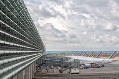 PARIS, FRANKRIKE - JUNI 17 2016 - paris flygplatslandning och päfyllningslast och passagerare Royaltyfri Foto